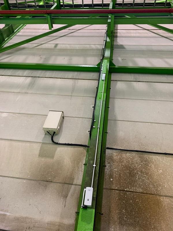 倉庫の外倒し窓装置