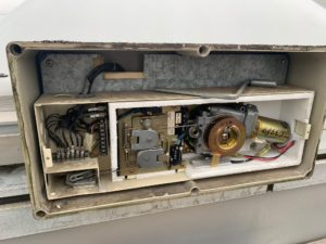 電動式トップライトの修理工事内部